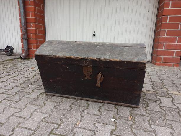 Stary, duży, zabytkowy kufer