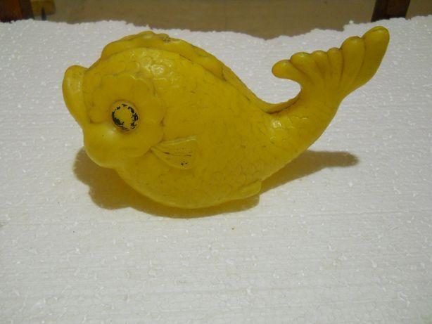 Пластмассовая игрушечная рыбка
