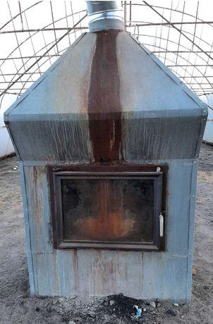 Piec nadmuchowy - żeliwny wkład kominkowy.