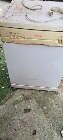 Máquina de lavar a loiça a funcionar