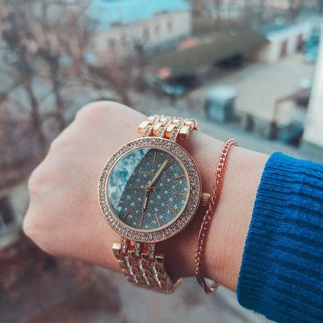 Часы золотистые с камушками