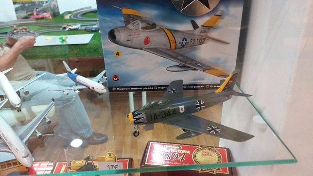 Avião F86 Sabre german air force 1:72 com caixa novo