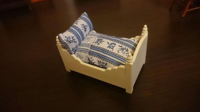 Łóżeczko drewniane z pościelą do domku dla lalek