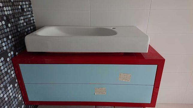 Czerwono biala wisząca szafka łazienkowa z umywalką