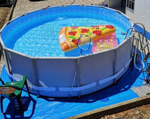 Vendo piscina em lona com estrutura metálica