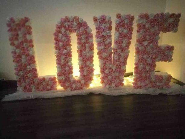 Sprzedam napis LOVE wykonany z piankowych róż.