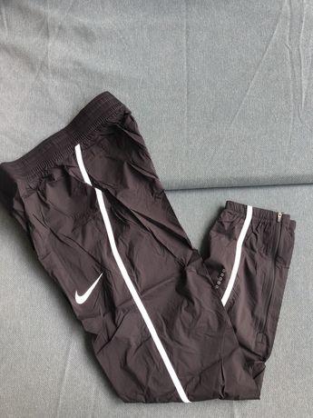 Sportowe, cienkie spodnie Nike