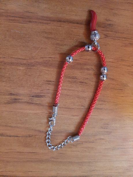 Colar com pedra vermelha e pulseira vermelha