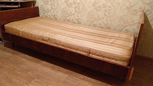 Кровать из лакированного дерева, с матрасом.