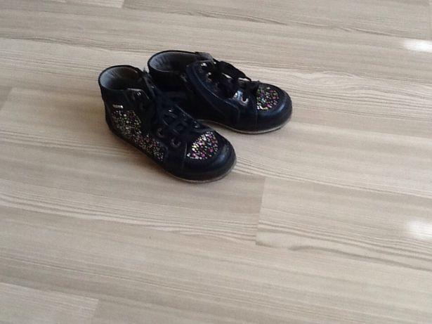 Продаются ботиночки черного цвета со стразиками