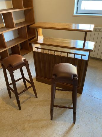 Bar de madeira com bancos
