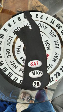 Calendário metálico de parede