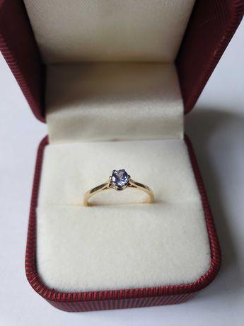 Złoty pierścionek z tanzanitem w koronie