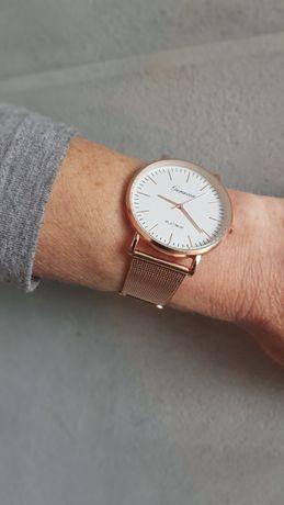 Modny zegarek na bransolecie kolor różowe złoto tarcza biała