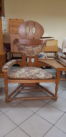 Fotel z półką tron do telefonu