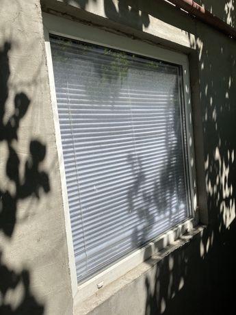Металлопластиковое окно с поддокоником и жалюзи глухое 106/112см