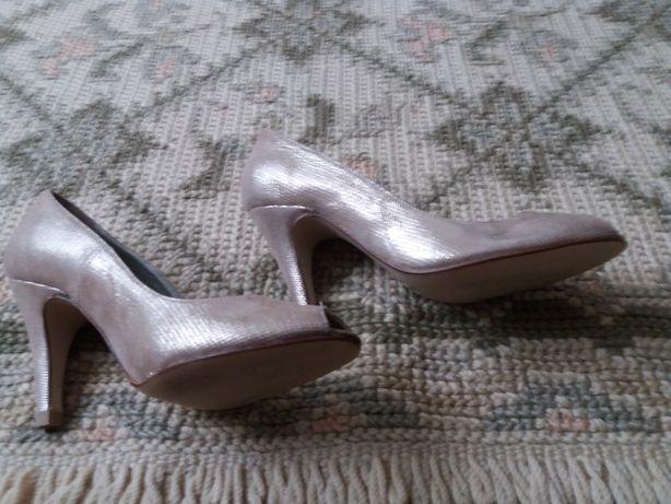 Sapatos cerimonia em dourado e salmao suave.