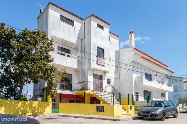Moradia T3 composta por quatro pisos com 243 m2 em zona residencial em