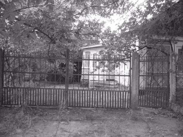 Продам участок земли со старыми постройками