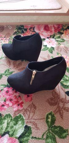 Продам красивую обувь на танкетке