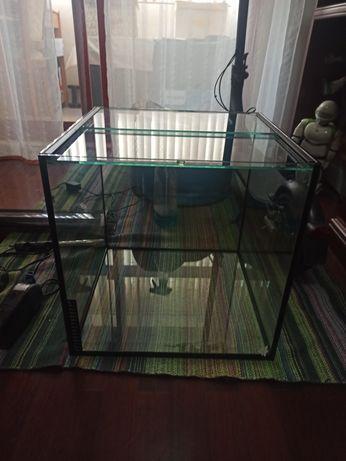 Vendo aquário cubo de 60 L (40x40x40)