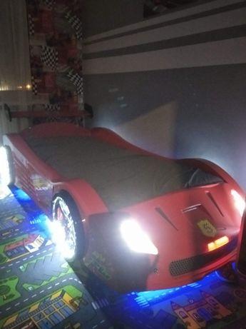 Łóżko samochód z efektami dźwiękowymi i świetlnymi