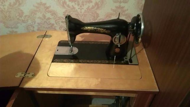 Швейная машина Подольск с ножным приводом и тумбой