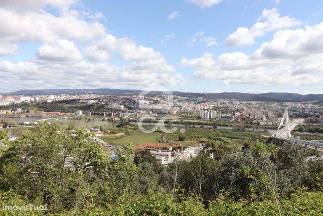 Lote de terreno para moradia isolada com vistas sobre a cidade de Coim