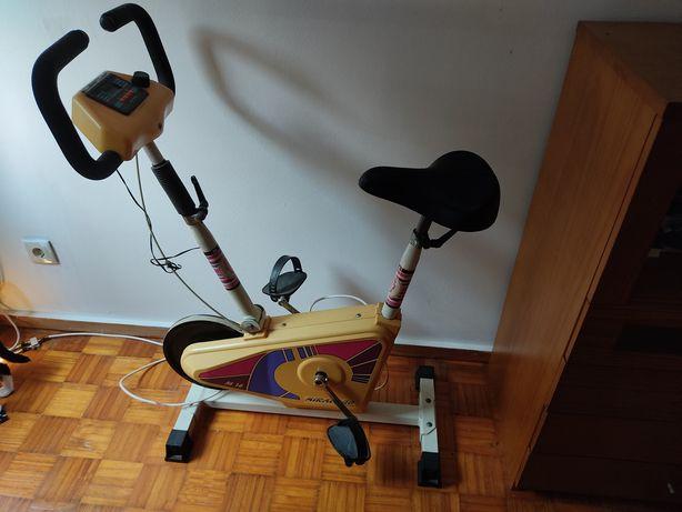 Bicicleta antiga de desporto,