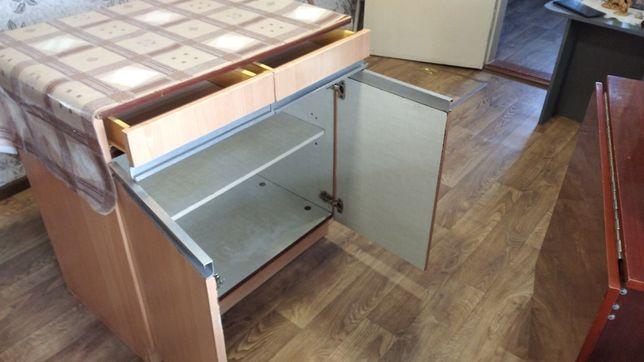 Стол кухонный с выдвижными ящиками.