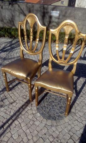 Par de cadeiras douradas