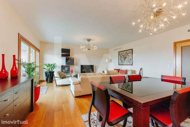 Apartamento T4, 5 assoalhadas na Urbanização Malvarosa