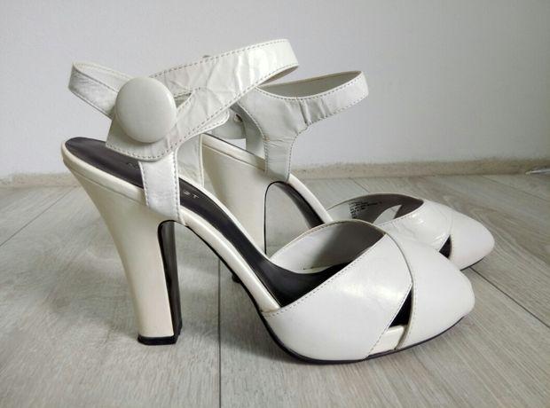 Białe buty Nine West r. 39