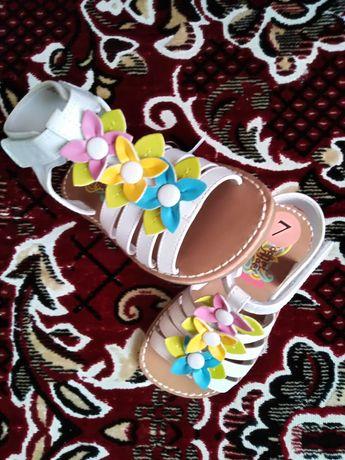 Нові гарненькі сандалики для дівчинки 23р.