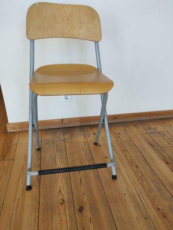 Cadeira alta de madeira dobrável com bastante uso