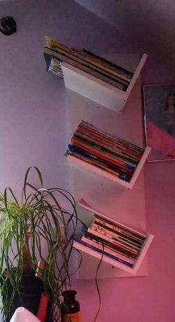 Biała półka na książki