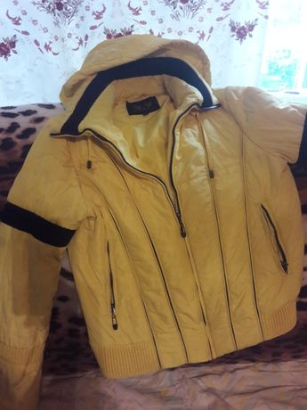 красивая, мягенькая, женская жёлтенькая курточка с чёрными вставками