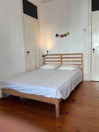 Cama, colchão (140x200cm), estrutura de madeira (uso 1 ano)