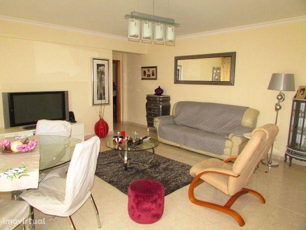 Apartamento 4 assoalhadas com parqueamentos e arrecadação, Vialonga