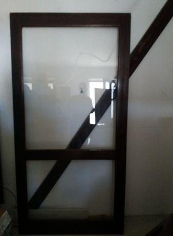 conjunto de portas de madeira de correr e fixas