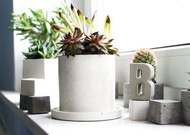 Okrągła doniczka z białego betonu + podstawka z betonu