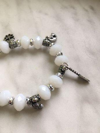 Biała bransoletka z charmsami