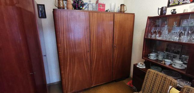 Stara szafa drewniana nie zniszczona trzydrzwiowa