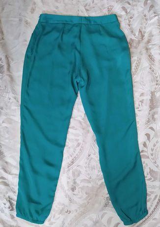 Calça ciano leve, calça preta básica e calça branca leve
