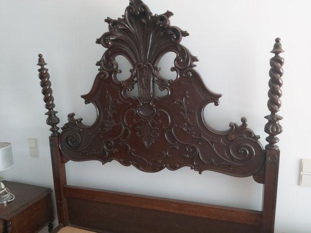 Cama e mesas de cabeceiras antiga