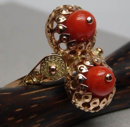 Złoty pierścionek z koralami podwójna oprawa
