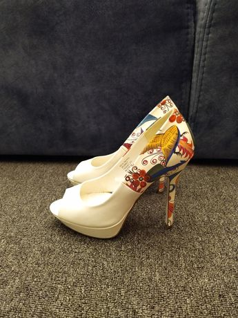 Красивые белые туфли на высоком каблуке с рисунком