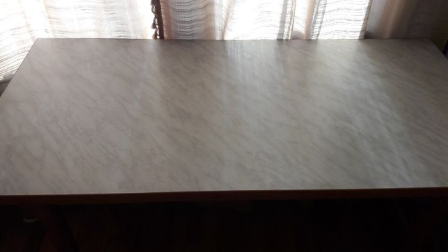 Кухонный стол с деревянными элементами