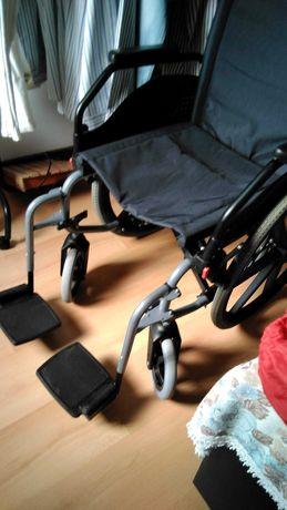 Cadeira de rodas  e um andarilho