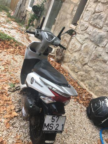 Honda Vision 110cc com corta vento, protetor de mãos  e caixa opcional